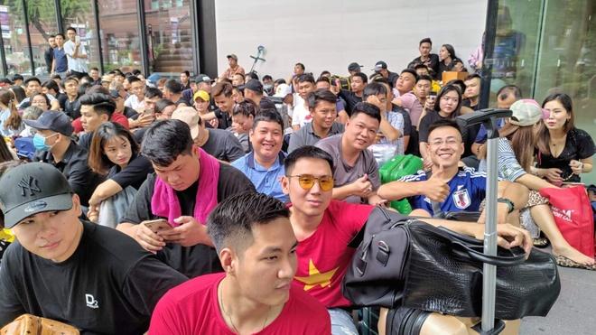 Nguoi Viet xep hang truoc 30 tieng o Singapore cho mua iPhone 11 hinh anh 2