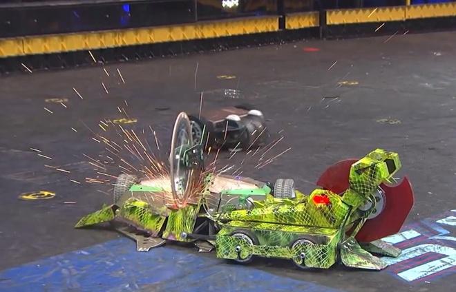 Robot cá sấu bị cưa đôi trong trận đấu 3 bên