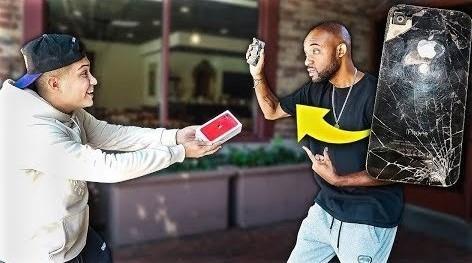 Thanh nien dap dien thoai nguoi la va den bang iPhone 11 hinh anh