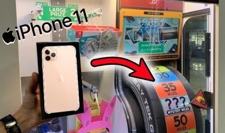 Thanh nien thang may game, nhan iPhone 11 Pro Max hinh anh
