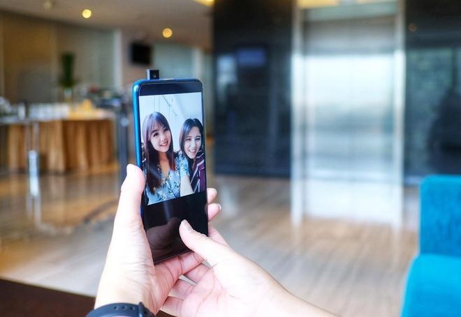 Huawei Y9 Prime 2019 đang được bán với giá 4,9 triệu đồng. Đây là smartphone đầu tiên của Huawei được trang bị camera selfie trượt, giúp tối ưu không gian hiển thị mặt trước. Máy dùng chip Kirin 710F, RAM 4 GB, bộ nhớ trong 64 GB và viên pin dung lượng 4.000 mAh. Điểm hạn chế là mặt lưng hoàn thiện bằng chất liệu nhựa thay vì kính như một số đối thủ.