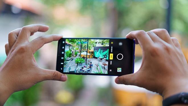 Sản phẩm sở hữu màn hình 6,5 inch, độ phân giải HD+. Hệ thống 4 camera sau của thiết bị bao gồm 12 MP, 8 MP, 2 MP và 2 MP. Realme 5 được trang bị viên pin có dung lượng 5.000 mAh, sạc qua cổng microUSB.