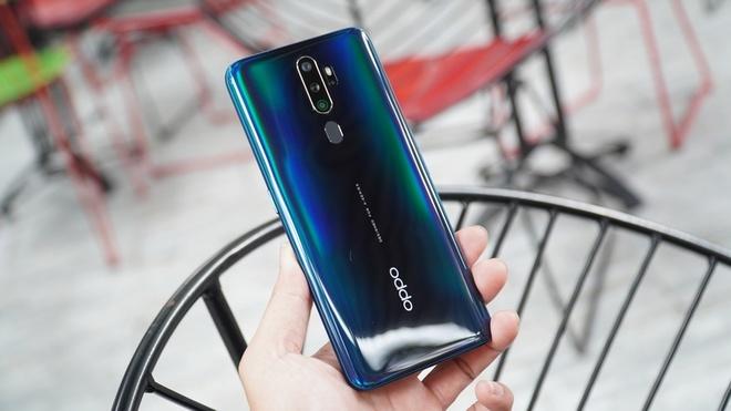 Oppo A5 2020 được lên kệ tại Việt Nam từ tháng 10/2019. Máy đang được bán với giá 4,3 triệu đồng.Giống như Redmi Note 8, Oppo A5 2020 cũng được trang bị hệ thống 4 camera sau nhưng độ phân giải thấp hơn. Cụ thể, 4 camera sau của máy bao gồm một camera chính 12 MP, ống kính góc rộng 8 MP và 2 camera phụ 2 MP. Ảnh: ĐMX.