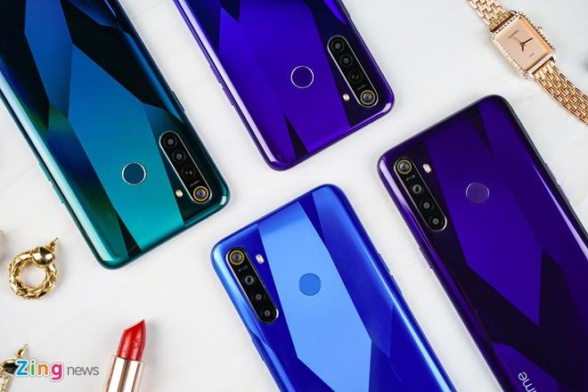 Realme ra mắt mẫu 5 Pro tại Việt Nam vào ngày 3/10 với giá từ 6 triệu đồng cho bản RAM 4 GB. Máy được trang bị hệ thống 4 camera sau bao gồm ống kính chính 12 MP, ống kính góc siêu rộng 8 MP, ống kính đo độ sâu trường ảnh 2 MP và ống kính macro 2 MP.