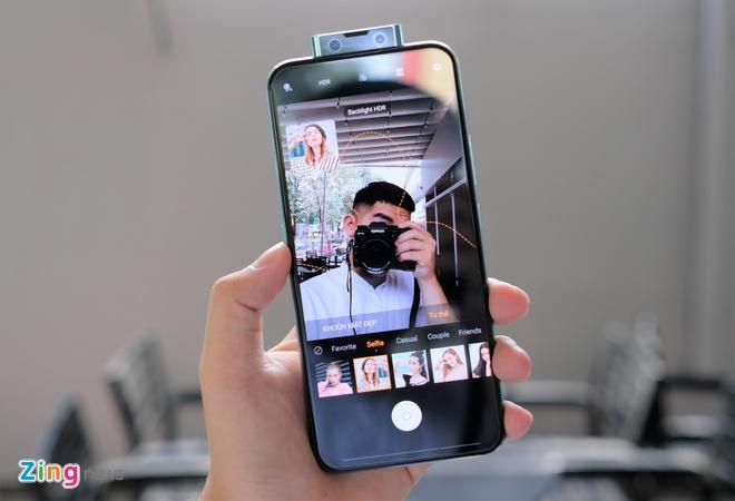 V17 Pro cũng là smartphone đầu tiên sở hữu hệ thống camera selfie kép trượt 32 MP và 8 MP. Camera selfie của máy được trang bị nhiều chế độ chụp như góc siêu rộng, xóa phông, đêm, làm đẹp. Bên cạnh đó, thiết bị còn được tích hợp nhiều tư thế chụp ảnh để người dùng tham khảo.