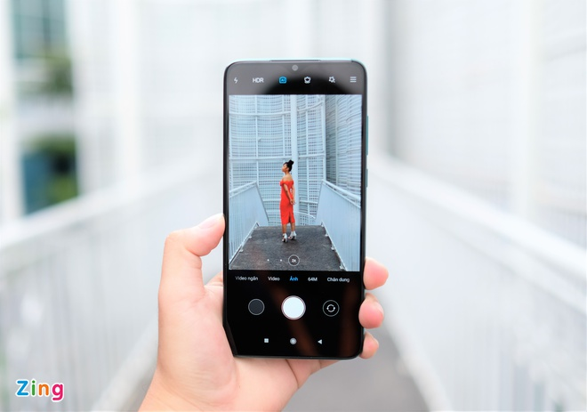 Giao diện chụp ảnh của máy khá đơn giản, người dùng có thể chuyển qua lại giữa góc siêu rộng (0,6x), góc thường (1x) và zoom quang 2x. Camera của model này cho tốc độ lấy nét, chụp và lưu ảnh nhanh. Màu sắc của hình ảnh khá sát với thực tế.