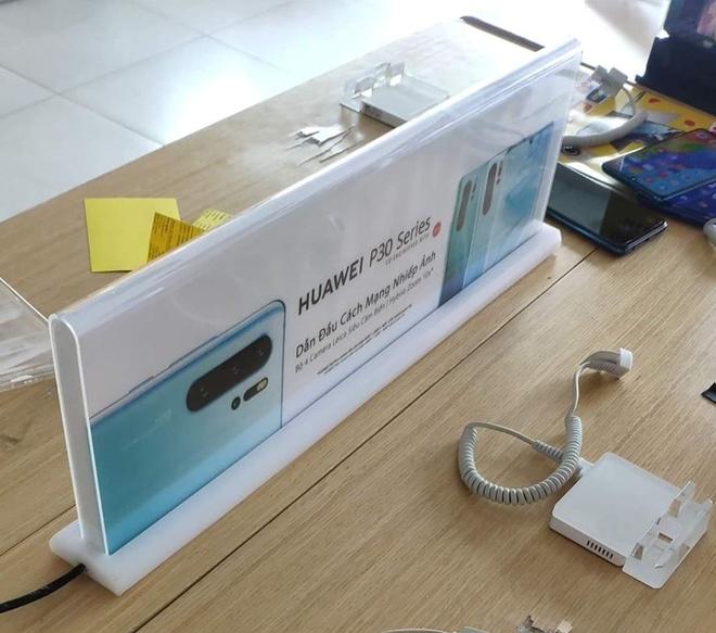 Nhiều cửa hàng tại Việt Nam gỡ bàn trải nghiệm điện thoại Huawei