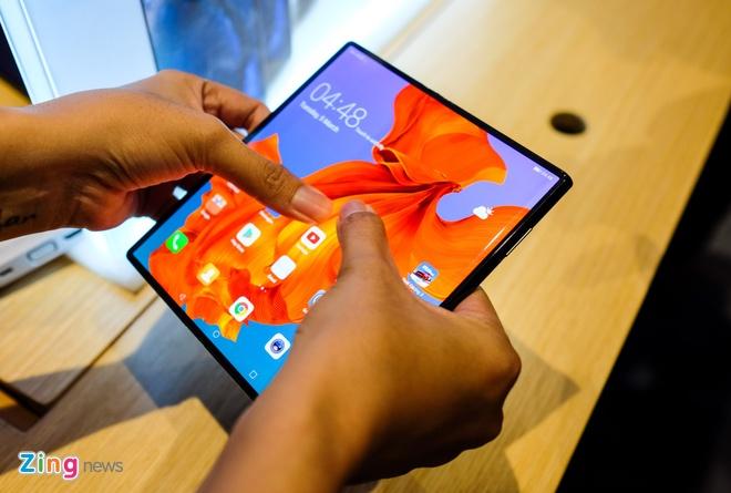 Dien thoai gap Huawei Mate X duoc ban voi gia 2.400 USD hinh anh 1