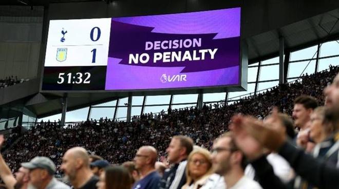 Trong bóng đá, việc tạm dừng trận bóng để kiểm tra VAR sẽ làm đứt mạch trận đấu.