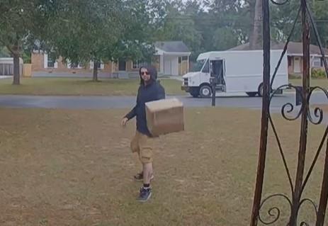 Nhan vien FedEx nem hang xuong dat hinh anh