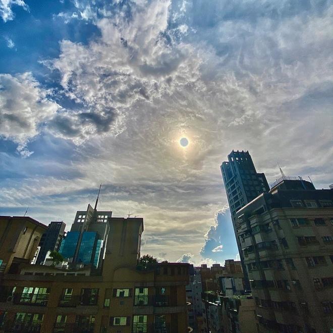 Ngoài bộ ảnh được Samsung Chile đăng tải, người dùng trên khắp thế giới còn chia sẻ hiện tượng nhật thực ghi lại bằng smartphone. Hình ảnh nhật thực tại thành phố Cao Hùng, Đài Loan được người dân chụp bằng iPhone. Ảnh: iitwentyone.