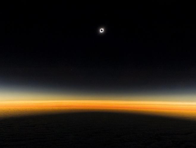 Ngoài Iván Castro, nhiếp ảnh gia Tomás Westenenk cũng sử dụng Galaxy S10+ để chụp hiện tượng nhật thực từ cửa sổ máy bay. Ảnh: Tomás Westenenk.