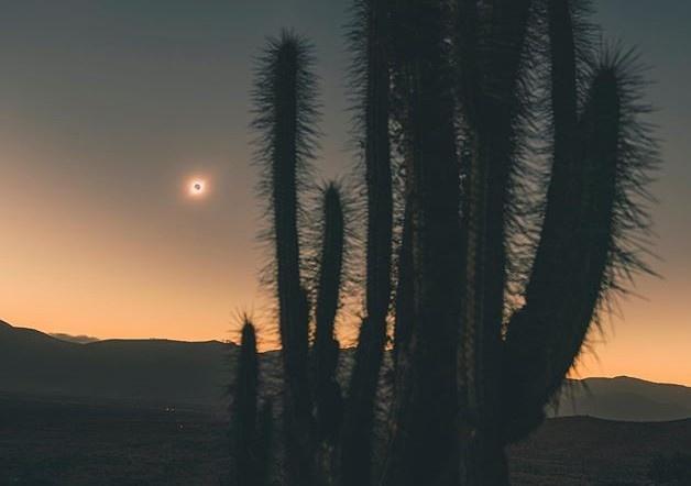 Samsung Chile vừa đăng tải bộ ảnh nhật thực được chụp bởi nhiếp ảnh gia Iván Castro bằng Galaxy S10+ tại sa mạc ở thị trấn La Higuera (Chile). Ảnh: Iván Castro.