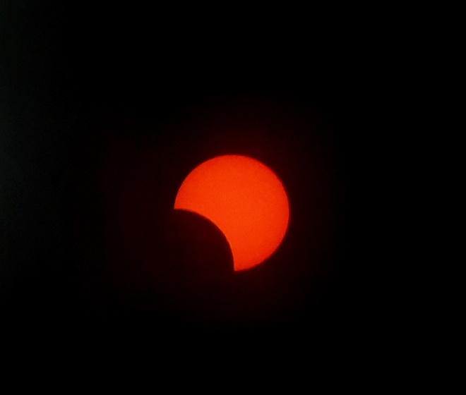 Gần đây nhất, hiện tượng nhật thực một phần xuất hiện vào cuối ngày hạ chí 21/6. Các quốc gia có thể chiêm ngưỡng hiện tượng này bao gồm các nước thuộc khu vực Trung Phi, Bán đảo Nam Ả Rập, Pakistan, Bắc Ấn Độ và phía nam Trung Quốc, theo CNN. Ảnh: Iván Castro.