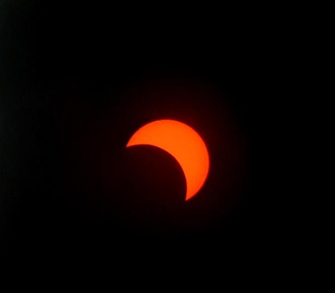 Khi zoom lên để chụp nhật thực, hình ảnh từ máy cho ra khá nhiễu nhưng vẫn có thể nhìn rõ các chi tiết. Ảnh: Iván Castro.
