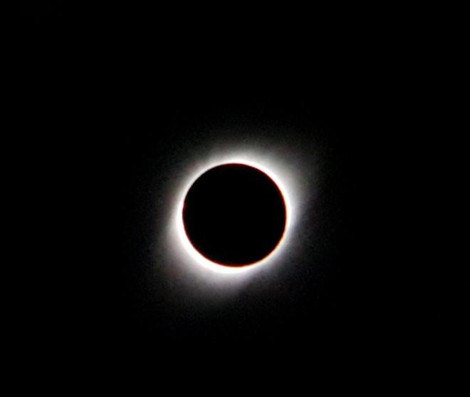 Vào lúc cực điểm của nhật thực, Mặt Trăng sẽ che khuất 99,4% Mặt Trời, nhìn thấy rõ nhất ở bầu trời phía bắc Ấn Độ. Ảnh: Iván Castro.