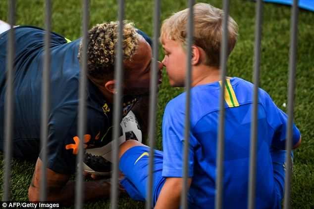 Neymar vui dua cung con trai trong buoi tap truoc tran dau gap Mexico hinh anh