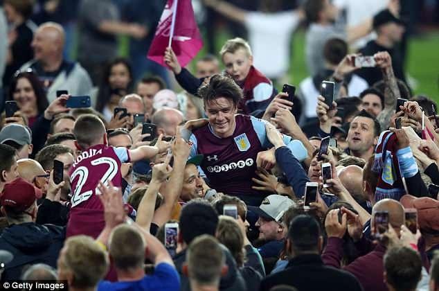 Terry cung Aston Villa vao chung ket, hang nghin CDV xuong san an mung hinh anh 6