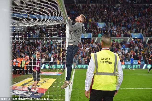 Terry cung Aston Villa vao chung ket, hang nghin CDV xuong san an mung hinh anh 7