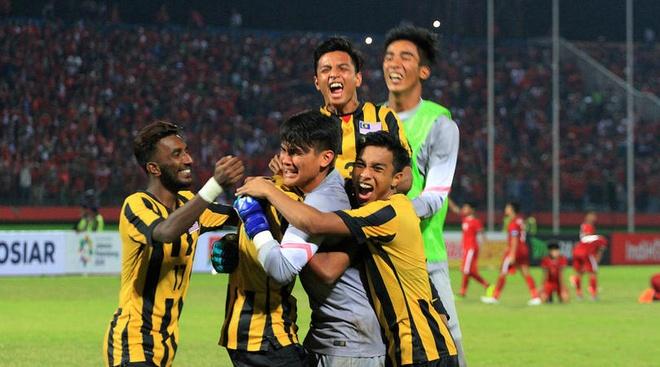 Hooligan Indonesia doi danh U19 Malaysia tai giai Dong Nam A hinh anh 1