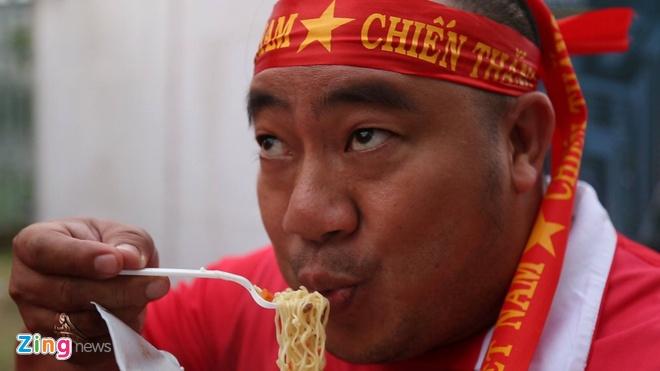Dien vien Hieu Hien an my tom, tiep lua cho Olympic Viet Nam hinh anh