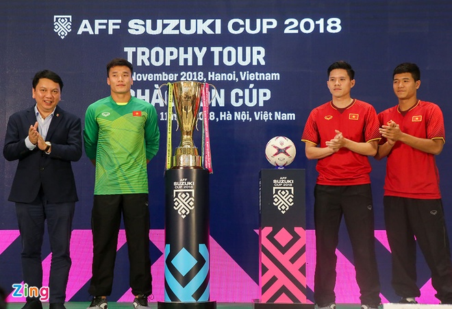 Duc Chinh, Bui Tien Dung hoi hop khi dung canh cup vang AFF Cup hinh anh 2