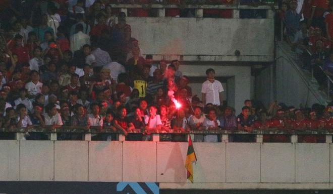 Phao sang xuat hien o tran Myanmar vs Viet Nam hinh anh