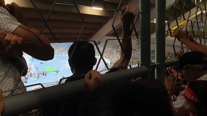 CDV Viet Nam xem chung ket AFF Cup tren san Bukit Jalil qua hang rao hinh anh