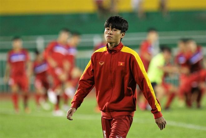 Phan Thanh Hau: 'Nhieu cau thu dau rat chan vi da san co nhan tao' hinh anh