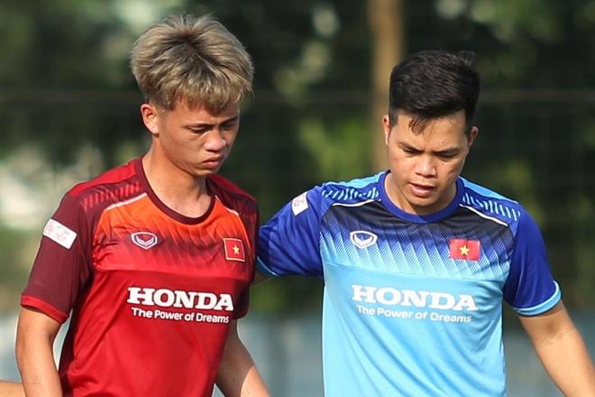 Tuyển thủ U23 Việt Nam chấn thương đầu gối ở trận gặp Viettel
