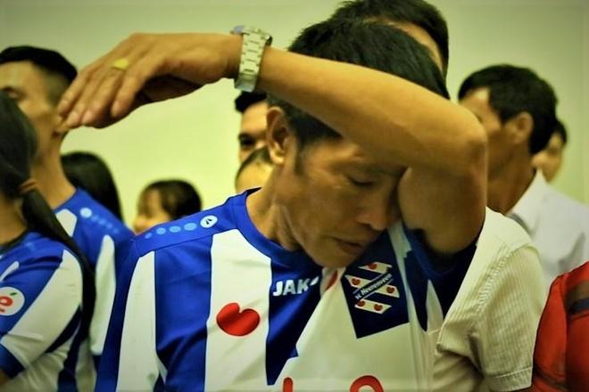 Bo Van Hau khoc khi tien con trai sang Ha Lan hinh anh