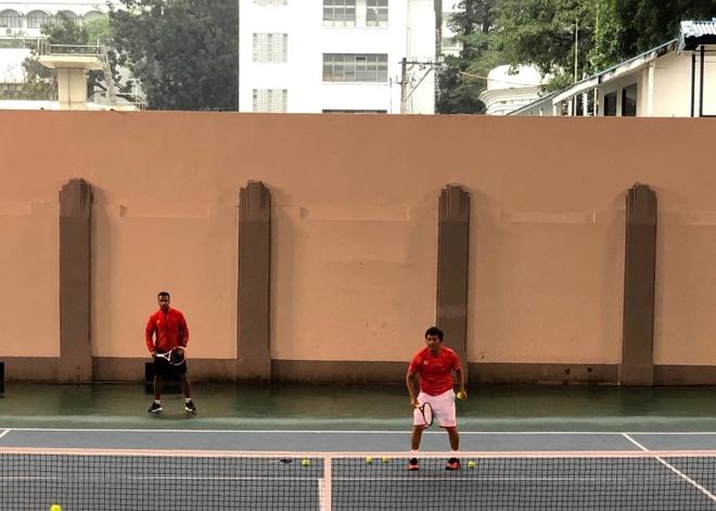 Mua bao khien tuyen tennis Viet Nam ve phong sau 4 tieng cho doi hinh anh 1