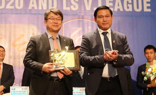 Khan gia den san V.League co the duoc tang qua hinh anh 1 Trao_qua_luu_niem_cho_Dai_dien_NTT_2.jpg