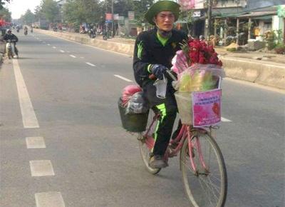 Chang trai Nam Dinh dap xe hon 1.000 km tang hoa cho ban gai hinh anh