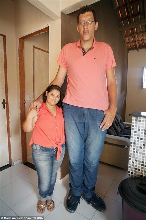 Joelison (phải) từng bỏ học về chiều cao quá khổ của mình.