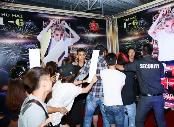 Ban sao Son Tung M-TP soc nang khi bi fan vay danh hinh anh 2
