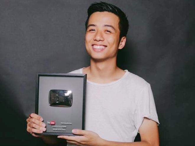He Always Smiles nhan nut Play ma bac tu YouTube hinh anh