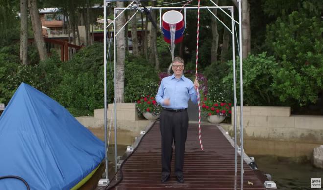 Clip Bill Gates thuc hien thu thach doi nuoc da hinh anh