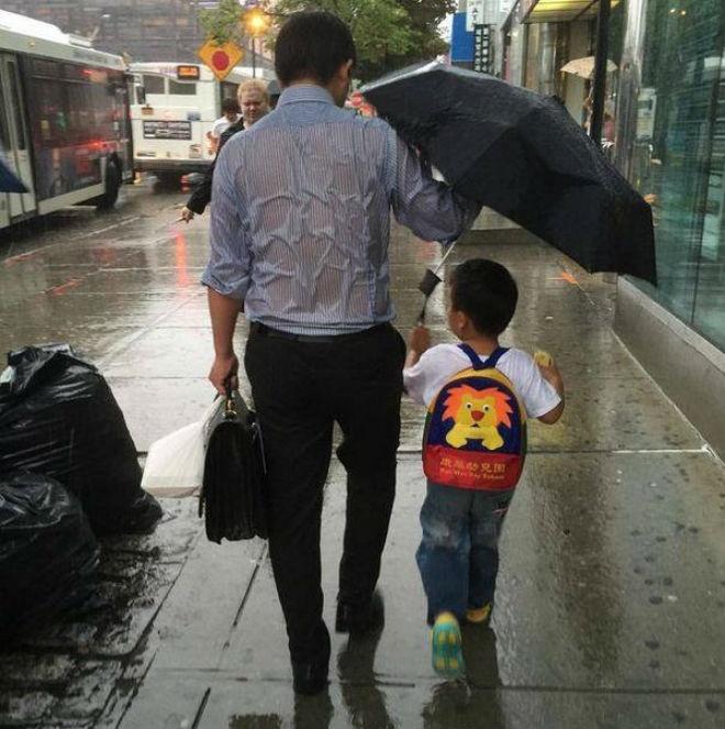Bức ảnh bố chịu mưa ướt che ô cho con gây xúc động - Cộng đồng mạng