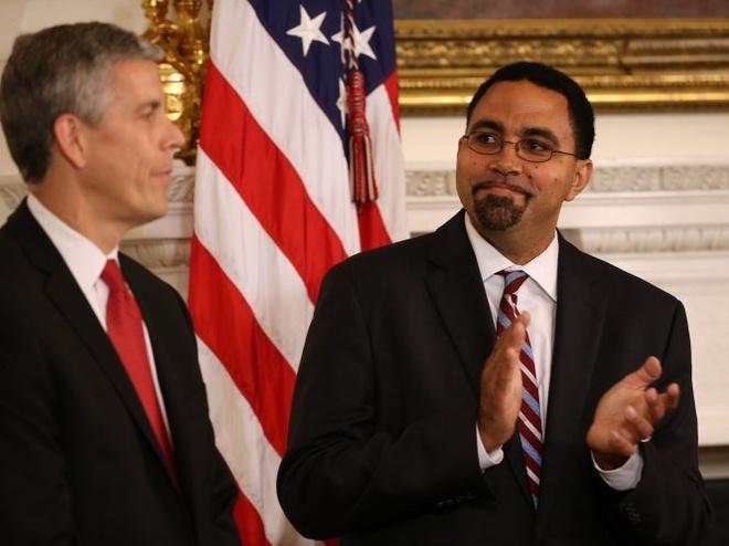 Thứ trưởng Bộ giáo dục Mỹ John King Jr. (phải) sẽ kế nhiệm Bộ trưởng vừa tuyên bố từ chức Arne Duncan - Ảnh: AP