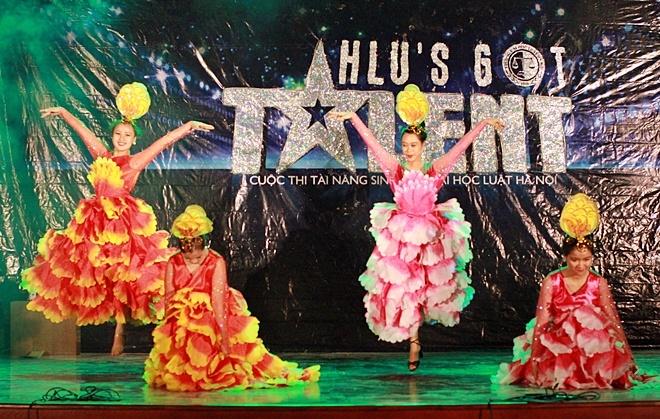 Nam sinh Luat gay bat ngo voi man to son, hat chau van hinh anh 11 Giám khảo - biên đạo Lê Minh Thùy đã mang đến tiết mục khách mời với bài múa có tên Mùa hoa nở