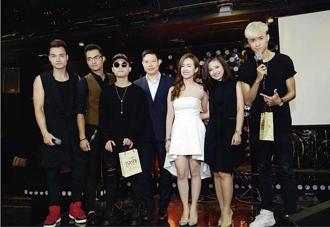 DJ Trang Moon bat ngo hon Vuong Anh Ole truoc dong nguoi hinh anh 1