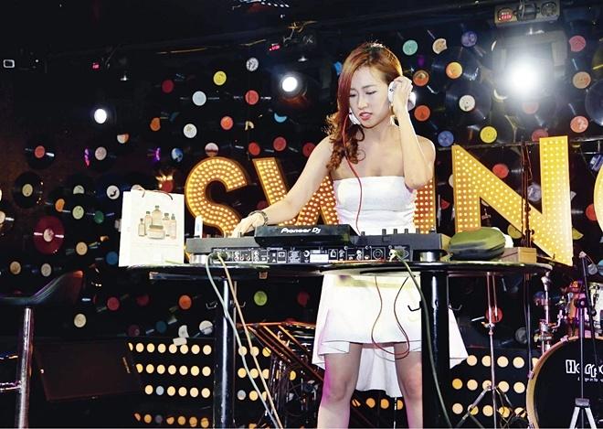 DJ Trang Moon bat ngo hon Vuong Anh Ole truoc dong nguoi hinh anh 4