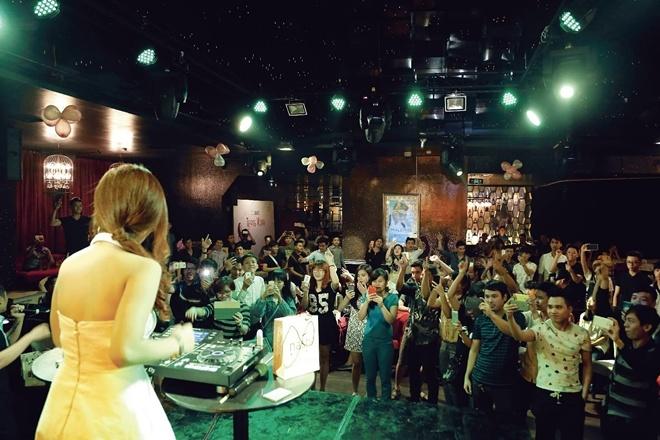 DJ Trang Moon bat ngo hon Vuong Anh Ole truoc dong nguoi hinh anh 5