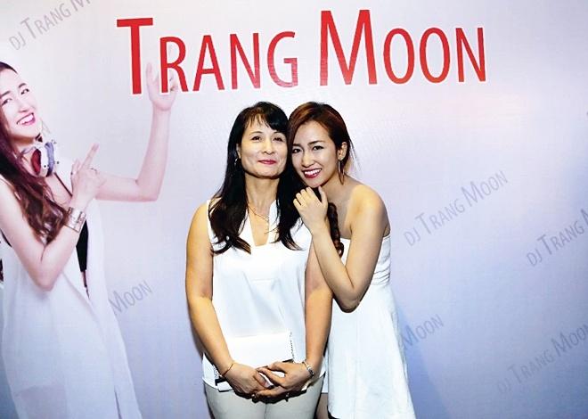 DJ Trang Moon bat ngo hon Vuong Anh Ole truoc dong nguoi hinh anh 6