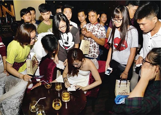 DJ Trang Moon bat ngo hon Vuong Anh Ole truoc dong nguoi hinh anh 8