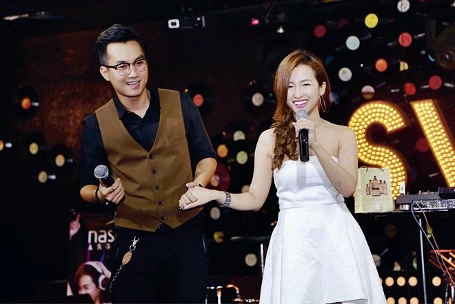 DJ Trang Moon bat ngo hon Vuong Anh Ole truoc dong nguoi hinh anh 7