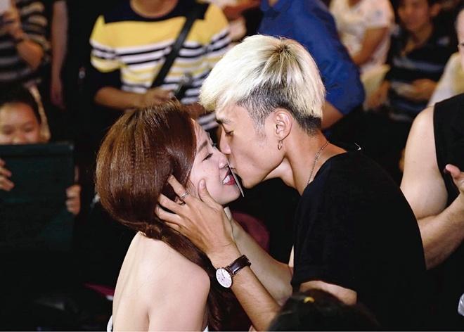 DJ Trang Moon bat ngo hon Vuong Anh Ole truoc dong nguoi hinh anh 3