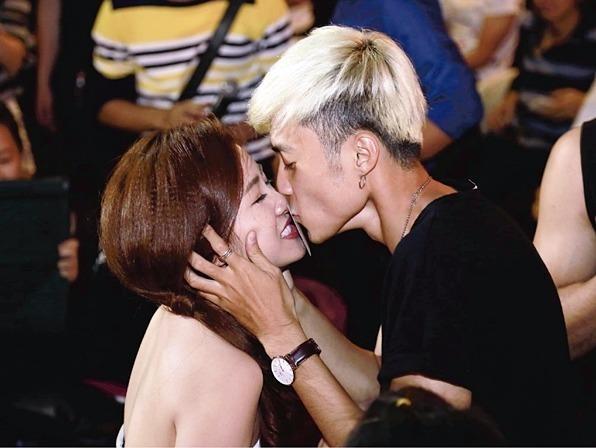 DJ Trang Moon bat ngo hon Vuong Anh Ole truoc dong nguoi hinh anh