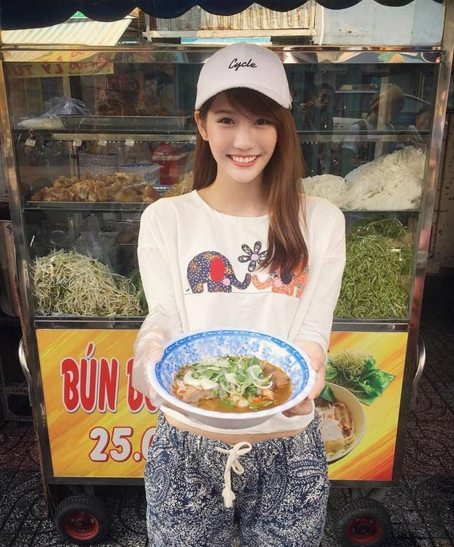 Hot girl tra sua Malaysia mac ao dai hat tieng Viet hinh anh 1